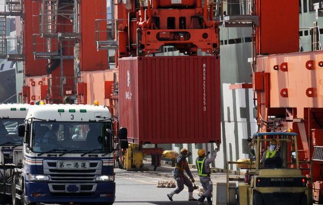 Des containers sont déchargés sur le port de Tokyo, le 22 mai 2013 [Yoshikazu Tsuno / AFP]