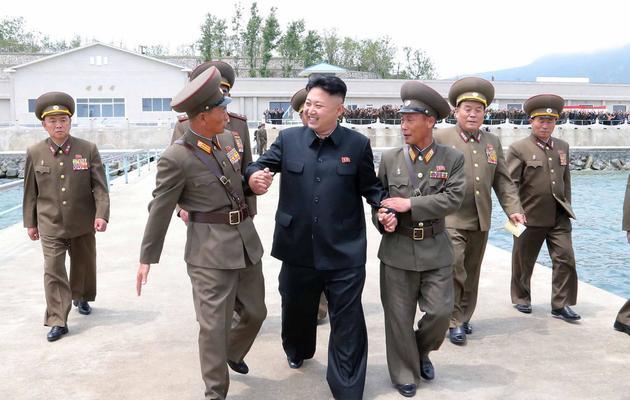 Photo transmise par l'agence nord-coréenne KCNA le 26 mai 2013 montrant le leader Kim Jong Un visitant une base militaire sur la côte est [Kns / KCNA/AFP/Archives]