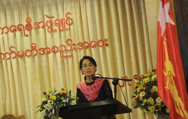 La chef de l'opposition birmane Aung San Suu Kyi s'exprime le 27 mai 2013 lors d'une réunion de son parti LND à Rangoon [Soe Than Win / AFP]
