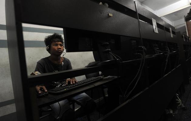 Un jeune Birman dans un café internet à Rangoun le 31 mai 2013 [Soe Than Win / AFP]