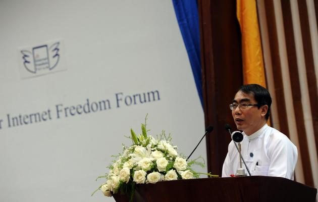 Le vice-ministre des Technologies de l'Information Thaung Tin au Forum sur la liberté sur internet le 1er juin 2013 à Rangoun [Soe Than Win / AFP]