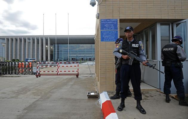 Des policiers devant le bâtiment où se tient le Forum économique mondial sur l'Asie de l'Est, le 3 juin 2013 à Naypyidaw [Soe Than Win / AFP]