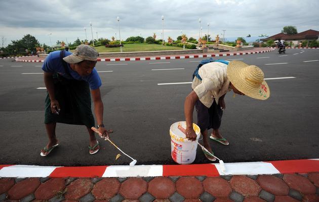 Des peintres s'activent avant le Forum économique mondial sur l'Asie de l'Est, le 3 juin 2013 à Naypyidaw [Soe Than Win / AFP]
