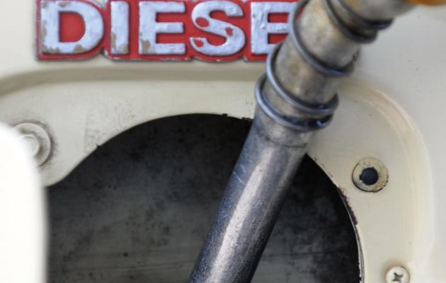 Un automobiliste remplit le réservoir de sa voiture diesel [Orlando Sierra / AFP/Archives]