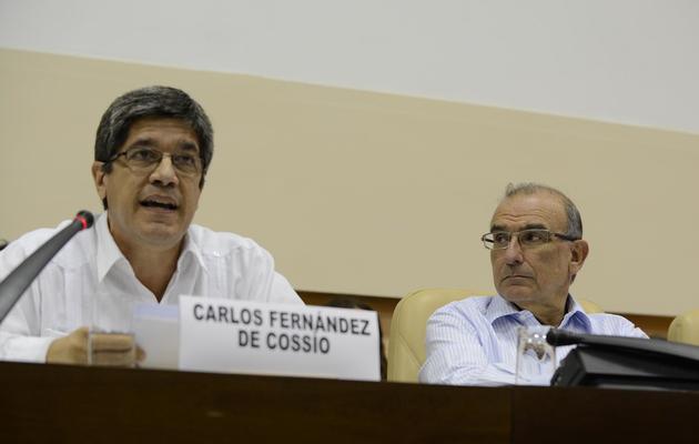 Le diplomate cubain Carlos Fernández de Cossío (G), le 26 mai 2013 à La Havane [Adalberto Roque / AFP]