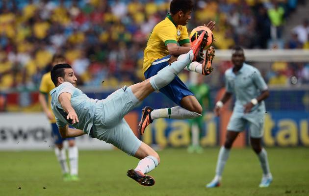 Le défenseur Adil Rami (g) tente d'interveni devant Neymar lors du match amical Brésil-France le 9 juin 2013 à Porto Alegre [Franck Fife / AFP]