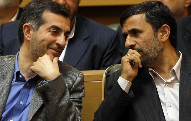 Esfandiar Rahim Mashaïe (g) est assis le 14 avril 2009 auprès du président Ahmadinejad, dont il est un proche. [Behrouz Mehri / AFP/Archives]
