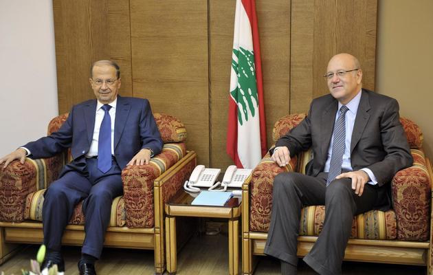 Le Premier ministre libanais Najib Mikati (d) et Michel Aoun lors de consultations pour former un gouvernement, à Beyrouth le 27 janvier 2011 [Wael Hamzeh / Pool/AFP/Archives]