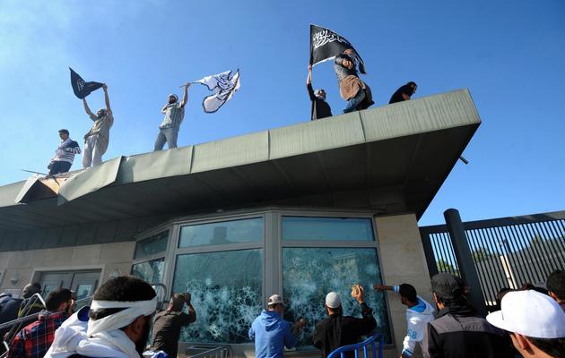 Des manifestants tunisiens occupent l'entrée de l'ambassade des États-Unis, le 14 septembre 2012 à Tunis [Fethi Belaid / AFP/Archives]