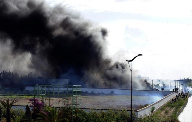 De la fumée s'élève au-dessus de l'ambassade des États-Unis, le 14 septembre 2012 à Tunis, après l'incendie de véhicules [Fethi Belaid / AFP/Archives]