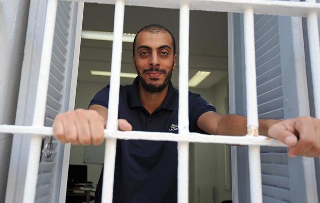Le journaliste Sofiène Chourabi pose à la fenêtre de son bureau, le 18 septembre 2012 à Tunis [Fethi Belaid / AFP/Archives]