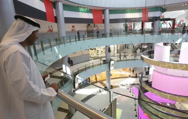Un Emirati dans le centre commercial Dubai Mall à Dubaï, le 4 novembre 2008 [Karim Sahib / AFP/Archives]