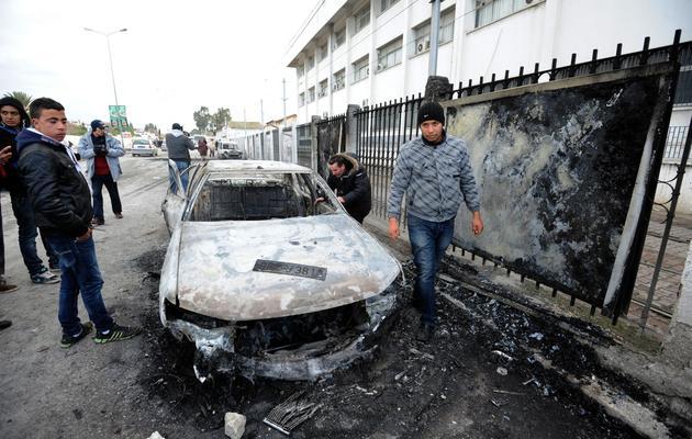 Une voiture brulée par des manifestants lors des funérailles de Chokri Belaïd à Tunis, le 8 février 2013 [Fethi Belaid / AFP]
