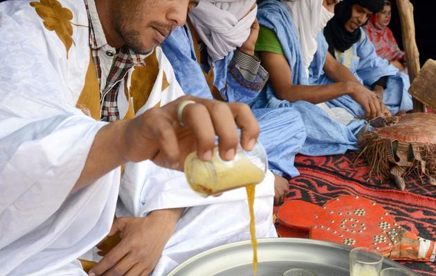 La cérémonie du thé pendant le festival international des nomades, dans le désert marocain, le 16 mars 2013 [Fadel Senna / AFP]
