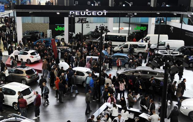 Des visiteurs observent les voitures lors de la foire automobile à Alger, le 20 mars 2013 [Farouk Batiche / AFP/Archives]