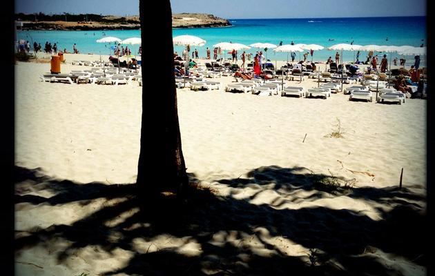 Des touristes profitent d'une plage de Chypre, le 1er mai 1013 [Patrick Baz / AFP/Archives]