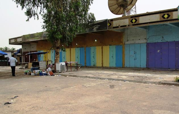Des magasins vendant de l'alcool, dans le quartier de Zayouna, fermés au lendemain d'une attaque d'hommes armés, le 15 mai 2013 [Khalil al-Murshidi / AFP/Archives]
