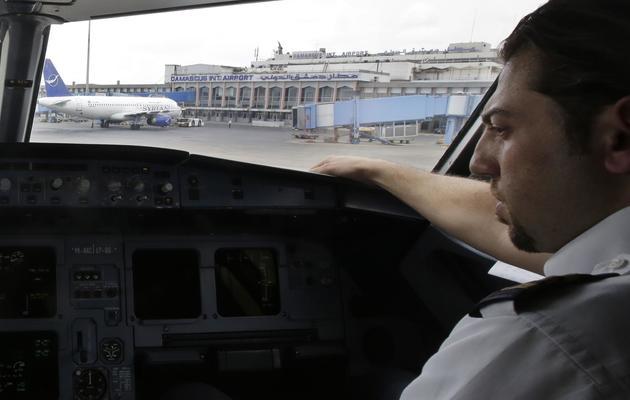 Un copilote à bord d'un avion de Syrian air sur l'aéroport de Damas, le 15 mai 2013 [Joseph Eid / AFP]
