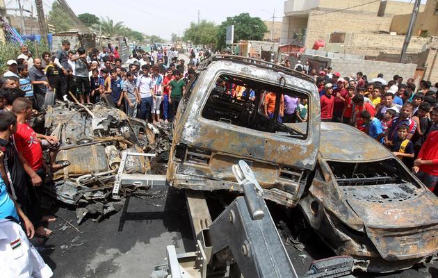 Carcasses de voitures après un attentat à Bagdad, le 16 mai 2013 [Ahmad al-Rubaye / AFP]