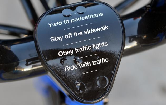 """Des consignes de sécurité sur un """"citi bike"""" de New York, le 3 mai 2013 [Stan Honda / AFP]"""