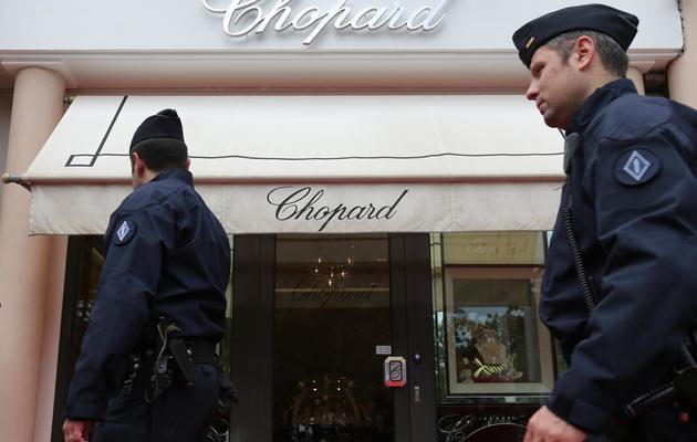 Des policiers devant un magasin Chopard à Cannes, le 17 mai 2013 [Loic Venance / AFP]