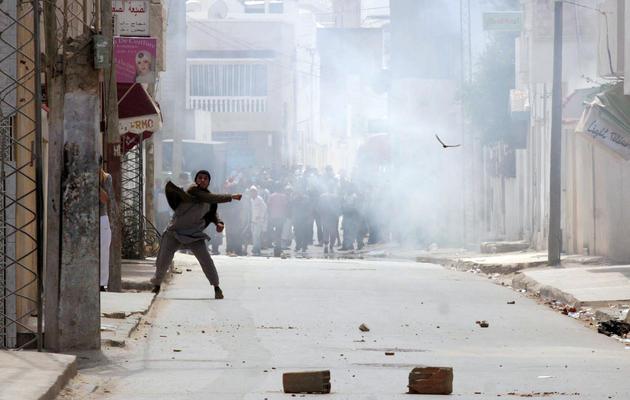 Un manifestant jette des pierres contre les forces de sécurité, le 19 mai 2013 à Tunis [Khalil / AFP]