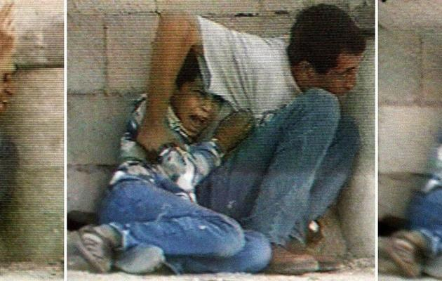Des captures d'écran d'un reportage de France 2 montrant un jeune Palestinien et son père sous des tirs, le 30 septembre 2000 à Gaza [- / France2/AFP/Archives]