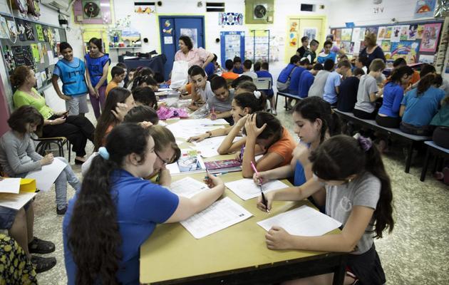 Des enfants israéliens étudient, le 27 mai 2013, dans leur abri, situé à Nazareth, lors d'un exercice de secours en cas d'attaques de missiles ou de roquettes contre Israël [Menahem Kahana / AFP]
