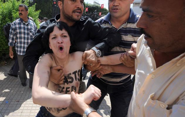 Une militante Femen est arrêtée le 29 mai 2013 devant le palais de justice de Tunis [Fethi Belaid / AFP]