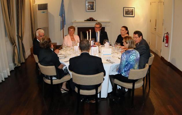 Photo transmise par le bureau de presse et d'information chypriote du dîner organisé le 30 mai 2013 par l'ONU pour que les dirigeants grecs et turcs de Chypre se rencontrent [Stavros Ioannides / PIO/AFP]