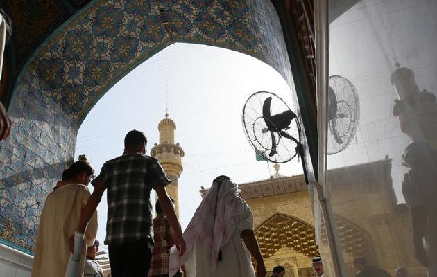 Des pèlerins visitent le mausolée de l'Imam Ali, à Najaf, en Irak, le 11 juin 2013 [Ali al-Saadi / AFP]