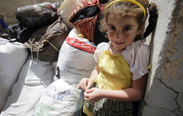 Une petite fille syrienne réfugiée à Arsaal, au Liban, attend devant l'entrée de la mairie, le 14 juin 2013 [Joseph Eid / AFP]