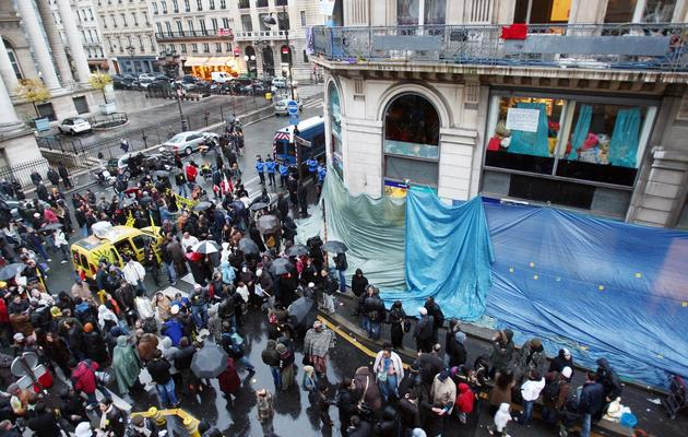 """Des personnes manifestent devant le """"Ministère de la crise du Logement"""", le 11 novembre 2007 à Paris [Joel Saget / AFP/Archives]"""