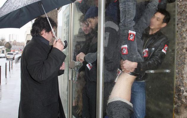 Des militants s'entassent dans une cabine téléphonique pour dénoncer la surpopulation carcérale, le 15 janvier 2008 devant la Santé à Paris [Pierre Verdy / AFP/Archives]