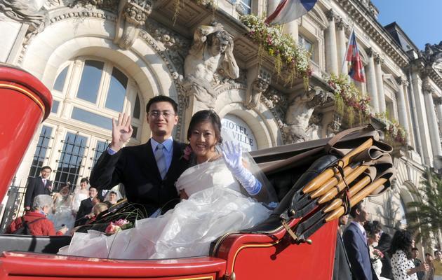 Un couple chinois le 10 octobre 2008 devant la mairie de Tours [Alain Jocard / AFP]