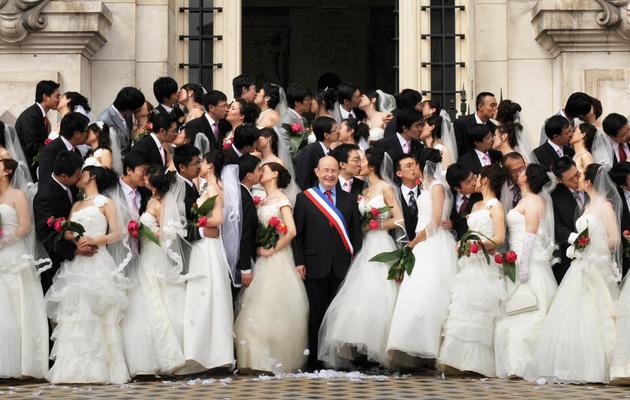 Le sénateur-maire , Jean Germain, le 7 mai 2009 à Tours au milieu de s31 couples chinois [Alain Jocard / AFP/Archives]