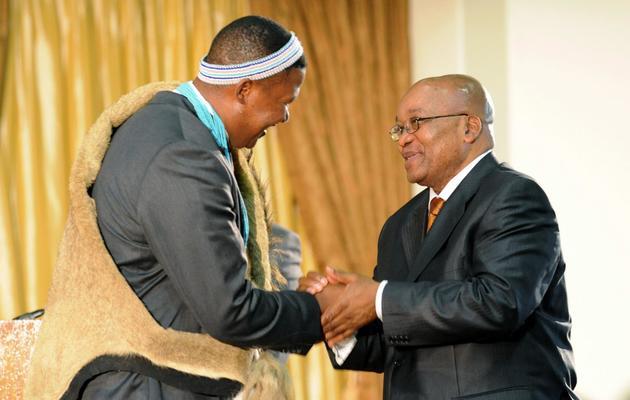Le député Mandla Mandela (G) et le président sud-africain Jacob Zuma, le 11 mai 2009 à Pretoria [Alexander Joe / AFP]