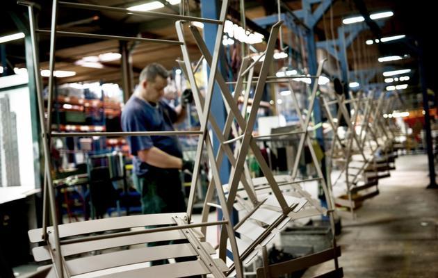 Un employé de l'usine Fermob au travail, le 29 juillet 2009 à l'usine de Saint-Didier-sur-Chalaronne [Jeff Pachoud / AFP/Archives]