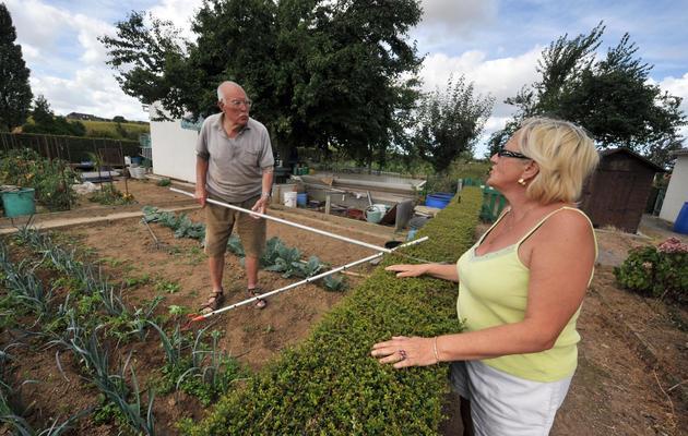Deux personnes discutent dans un jardin partagé à Hérouville-Saint-Clair, le 21 août 2009 [Mychele Daniau / AFP/Archives]