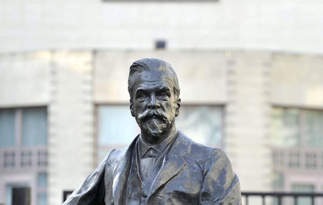 La statue du chimiste belge Solvay, devant le siège du groupe du même nom, le 28 septembre 2009 à Bruxelles [Olivier Papegnies / Belga/AFP/Archives]
