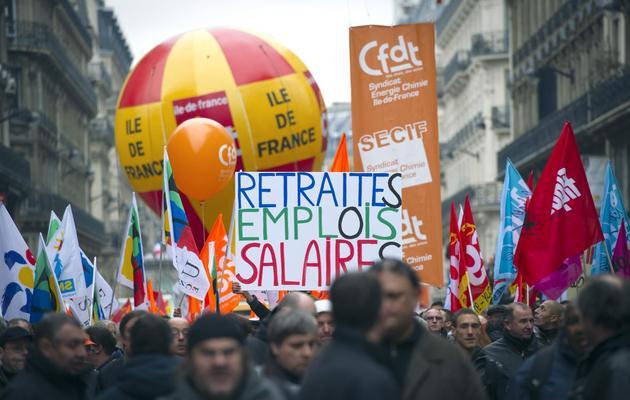 """Des manifestants défilent contre la réforme """"Fillon"""" des retraites, le 23 novembre 2010 à Paris [Lionel Bonaventure / AFP]"""