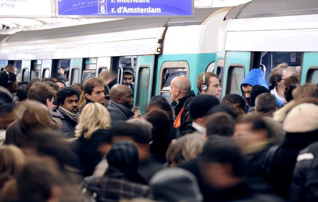 Des passagers tentent de se frayer un passage sur le quai du métro de la Ligne 13, le 7 décembre 2010 en gare de Saint-Lazare. [Miguel Medina / AFP/Archives]