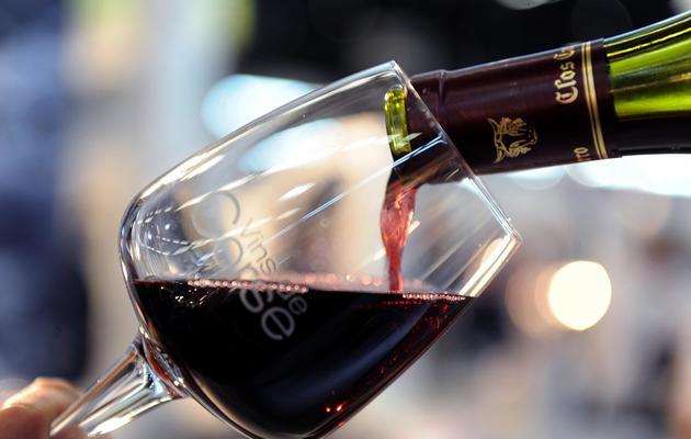 Un verre de vin rouge de Corse servit le 21 juin 2011 à l'occasion du Vinexpo à Bordeaux-Lac [Jean-Pierre Muller / AFP/Archives]