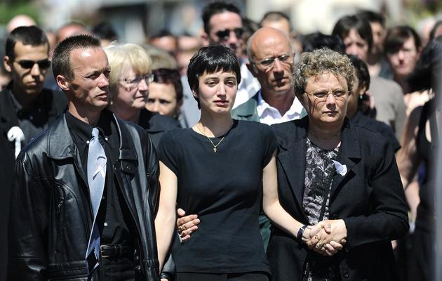 Jessica Perrais et son père Franck Perrais (G) lors des obsèques de Laetitia le 25 juin 2011 à Bernerie-en-Retz [Sebastien Evrard / AFP/Archives]
