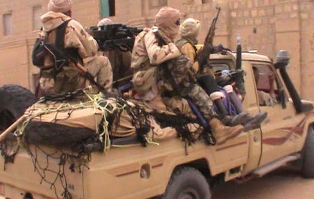 Capture d'écran montrant des combattants du groupe islamiste Ansar Dine le 3 avril 2012 à Tombouctou [ / AFP/France 2/Archives]