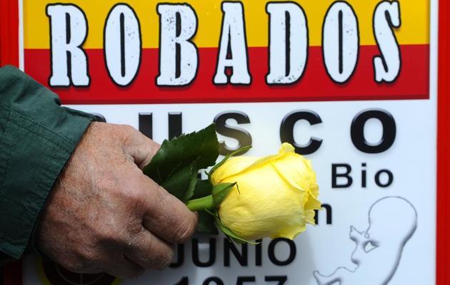 """Une victime du  scandale des """"bébé volés du franquisme"""" manifeste pour que la justice enquête, le 20 avril 2012 à Madrid [Pierre-Philippe Marcou / AFP/Archives]"""
