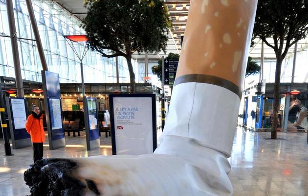 """Une sculpture de cigarette géante dans la gare SNCF de Marseille Saint-Charles dans le cadre de la campagne """"Il n'y a pas de petites incivilités"""", le 20 avril 2012 [Gerard Julien / AFP/Archives]"""