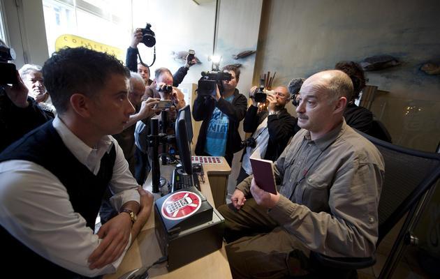 Marc Josemans, propriétaire de l'Easy Going, posté à l'entrée de son coffee shop, le 1er mai 2012 à Maastricht [Marcel van Hoorn / ANP/AFP/Archives]