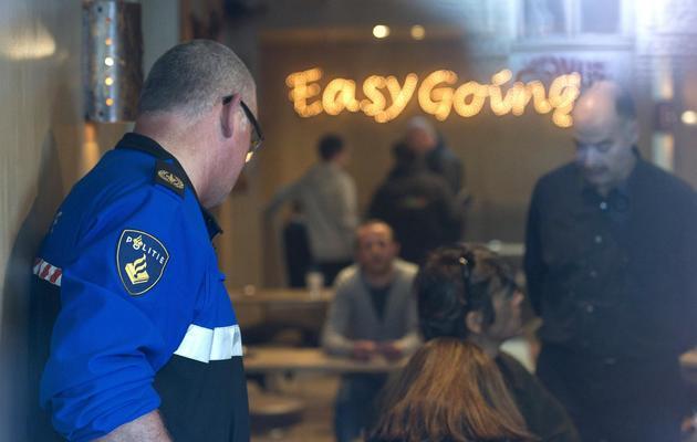 Des policiers contrôlent l'identité des clients d'un coffee shop de Maastricht, le 2 mai 2012 [Marcel van Hoorn / ANP/AFP/Archives]