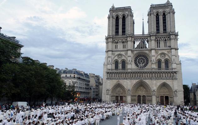 Le Dîner en blanc, version 2012 devant Notre-Dame à Paris [Thomas Samson / AFP/Archives]